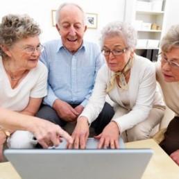 Gli over 45 riducono le distanze con i nativi digitali nell'utilizzo del web come fonte di informazioni: anche la digitalizzazione può essere acquisita.