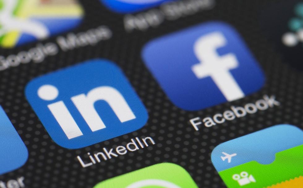 Facebook VS Linkedin, una sfida ambiziosa.