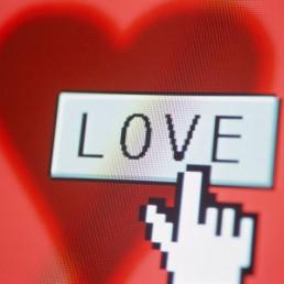 Facebook: San Valentino all'insegna del mobile e delle condivisioni
