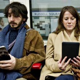 Il Pew Research fotografa le abitudini dei lettori americani. Vince ancora la carta, ma aumenta la lettura di e-book su smartphone e tablet.