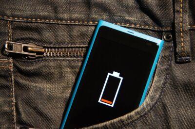 Viviamo una dipendenza dalla carica della batteria dello smartphone e, sì, incide sulla nostra vita sociale e psichica