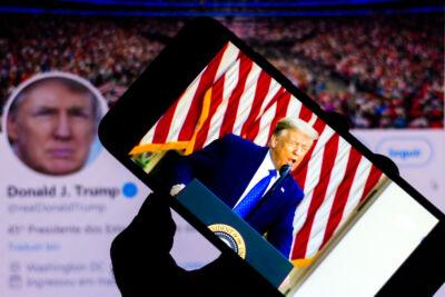 """Perché la notizia di Trump bannato dai social media """"a tempo indeterminato"""" fa riflettere, arrabbiarsi e anche un po' sorridere"""