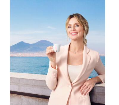 """Tra tradizione e internazionalità: la nuova campagna Kimbo """"Una tazza di Napoli"""" porta città e caffè altrove"""