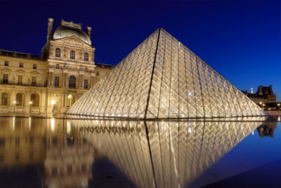 Trasformarsi nel set della serie cult del momento o in un capo iconico da indossare salverà il Louvre dalla crisi di ingressi?