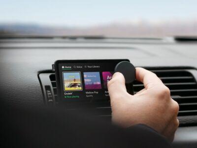 Spotify lancia Car Thing, un dispositivo per migliorare l'esperienza di ascolto in auto (senza distrarsi dalla guida)