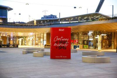 A Milano un pacco di biscotti e due libri rossi giganti: la nuova campagna pubblicitaria Iliad