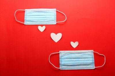 Lo strano rapporto tra vaccini e dating, nella calda estate del ritorno dei flirt (non solo a distanza)